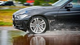 Jedź ostrożnie w deszczu – szczególnie jesienią!