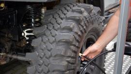 Co pogarsza sprawność amortyzatorów w samochodach terenowych?